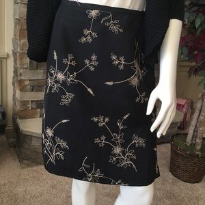 Ann Taylor embroidered skirt. Ladies 6❤️
